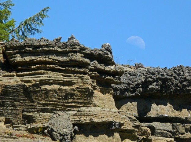Many of the sandstone-like rocks were topped with a very different layer of darker conglomerate