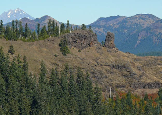 From a nearby viewpoint, we could see the rocks along the east end of Twin Buttes. Behind them are Iron Mountain and Mount Jefferson.